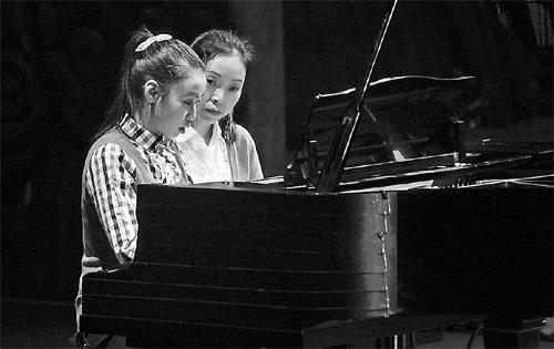 Chuyện về cô bé tự kỷ học chơi piano