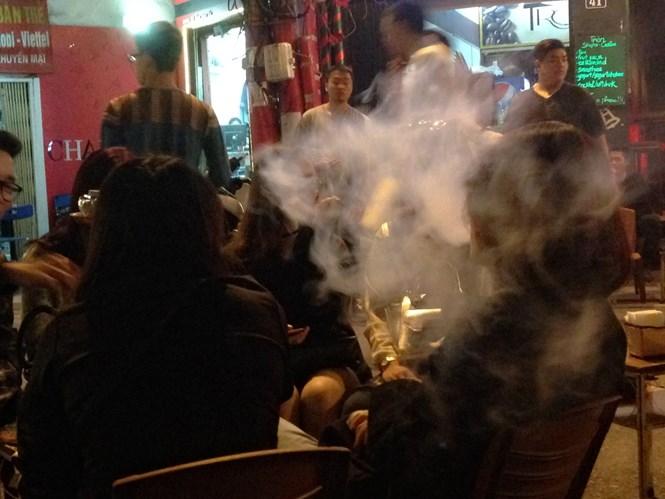 Phố cổ Hà Nội trong khói shisha