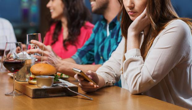 Sử dụng điện thoại thông minh và mạng xã hội gây chứng nghiến răng và đau cơ hàm