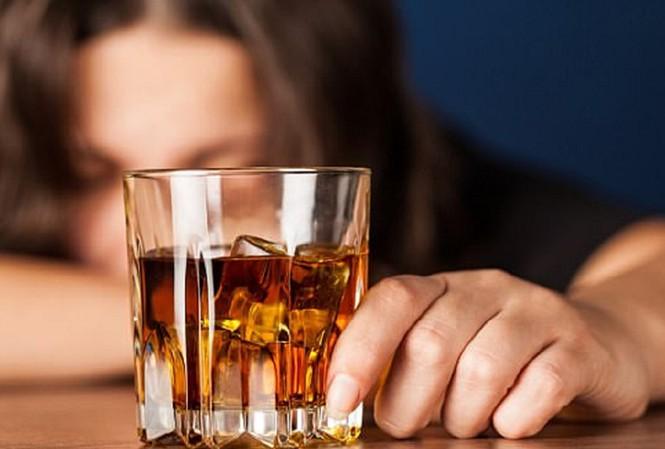 Rượu có thể làm trầm trọng các vấn đề sức khỏe trong dịch COVID-19