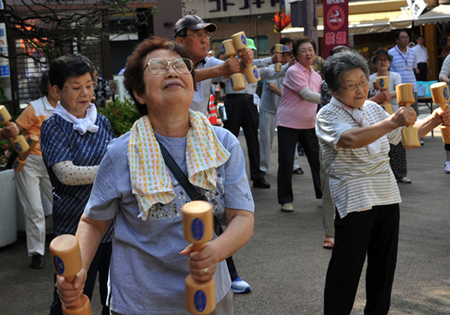 Những đứa con 'tầm gửi' trút gánh nặng lên người già Nhật Bản