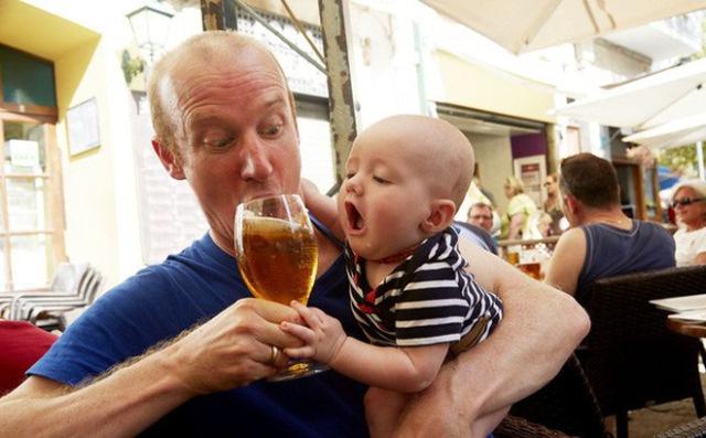 Báo động nhiều trẻ nhỏ đã biết uống rượu bia, cha mẹ đừng bao giờ cho con thử chất gây nghiện này