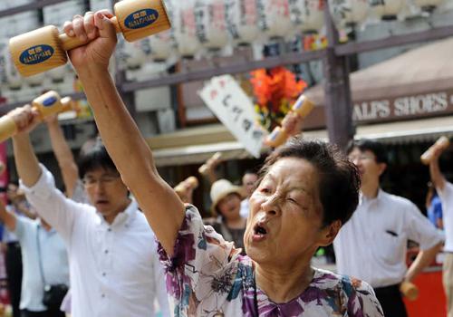 Nhật Bản đề nghị tăng tuổi về hưu lên 75