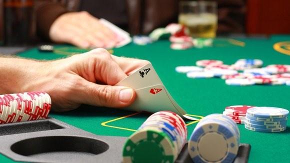 Một trường hợp rối loạn tâm thần liên quan nghiện chơi cờ bạc.