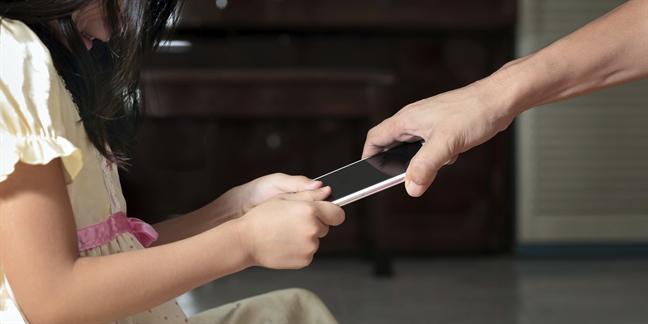 Con tổn thương vì cha mẹ ôm điện thoại nhiều hơn ôm con