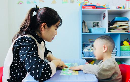 Đồng hành cùng trẻ tự kỷ: phụ huynh phải là chuyên gia