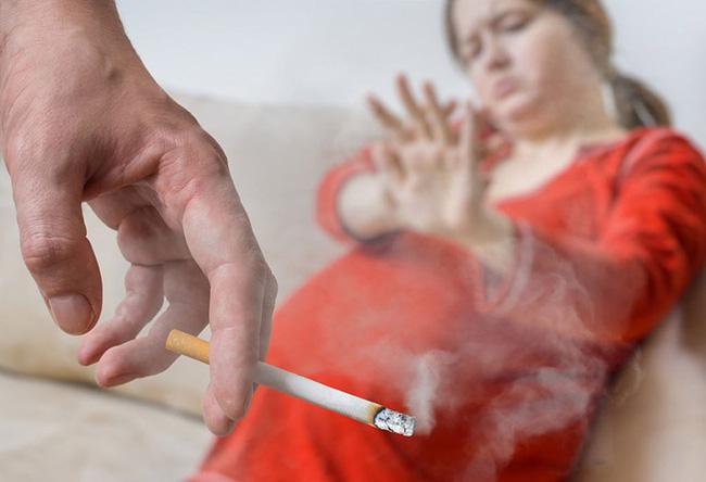 Hít khói thuốc thụ động trong thai kỳ, làm giảm chức năng phổi ở trẻ