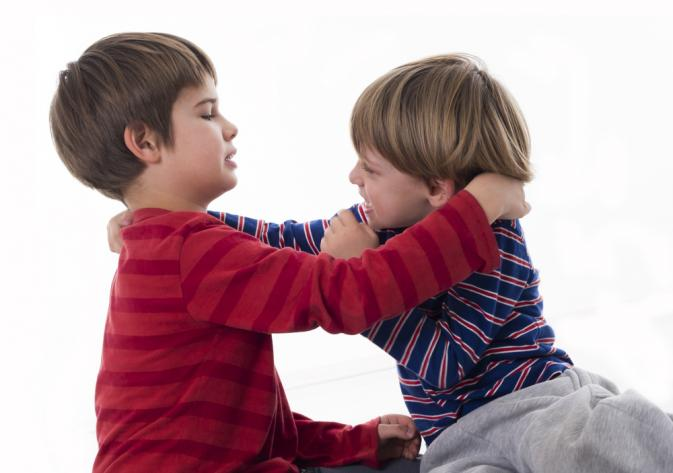 Trẻ hay ngắt nhéo, đánh người khác có phải bị tự kỷ?