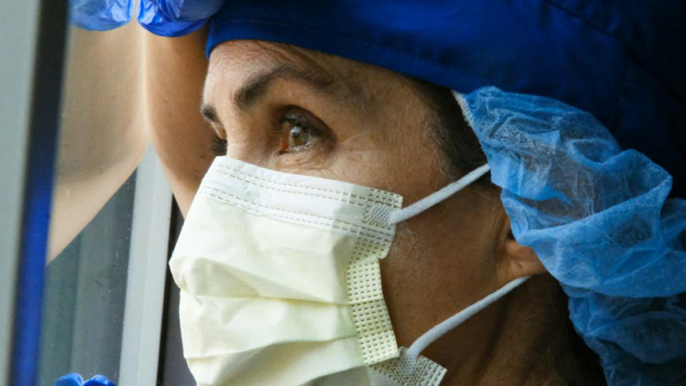 Nhân viên y tế kiệt sức giữa đại dịch COVID-19