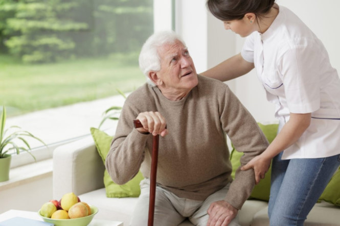 Những điều cần biết khi chăm sóc người thân bị sa sút trí tuệ