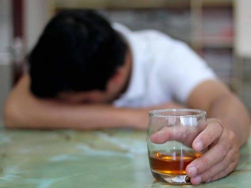 Từ nghiện rượu đến… loạn thần